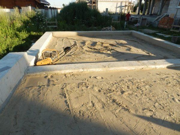 Полы по грунтовому основанию могут быть залиты до возведения стен