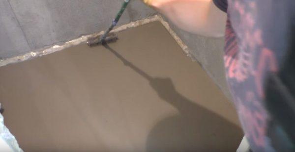 На завершающем этапе всю поверхность нужно прокатать игольчатым валиком