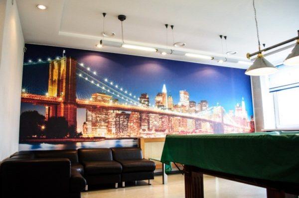 Бруклинский мост на стене бильярдной