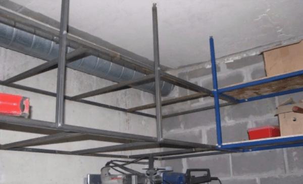 Система хранения под потолком для экономии пространства