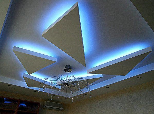 Комбинирование разных видов освещения придает потолку очень эффектный вид