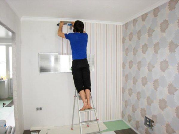 Если обработка прошла правильно, обои плотно лягут на стену