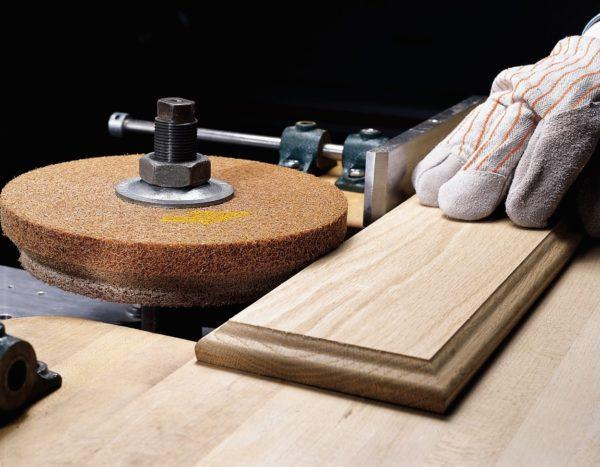 Шлифование деревянной заготовки наждачным кругом