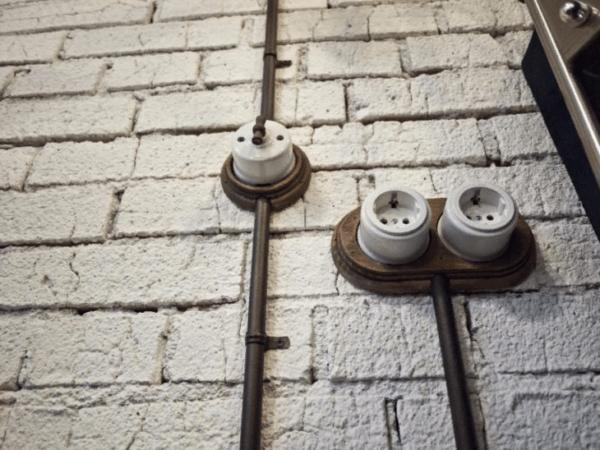 Чтобы снять ретро-выключатель понадобится открутить отверткой винтовые крепления, а потом отсоединить верхнюю крышку