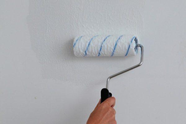 Удобнее всего наносить клей на стену безворсовым валиком