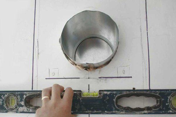 Разметка для вентиляционного отверстия в стене.