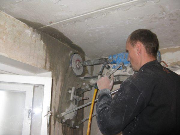 Правильно подготовленное отверстие в стене- залог эффективной работы вытяжной системы.