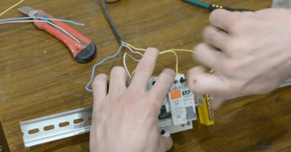 Таким образом мы завершили подключение питающего кабеля, который идет от щитка