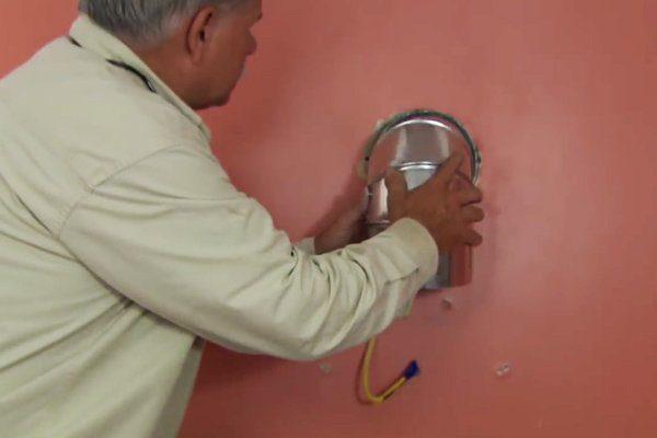 Зафиксировать нужный участок воздуховода в проделанном отверстии.