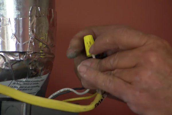 Если вытяжка имеет провода, необходимо соединить их с кабелем питания.
