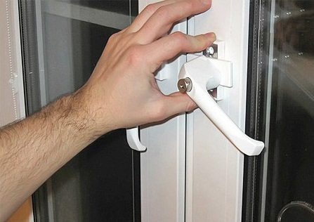Проблемы с дверной ручкой тоже решаются методом регулировки