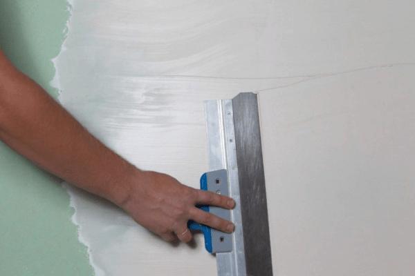 Необходимо тщательно разровнять шпаклевку по поверхности, а когда просохнет, отшлифовать наждачкой
