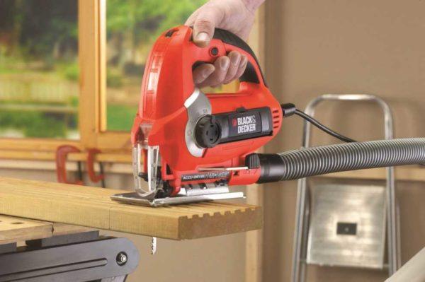 Электрический лобзик с функцией сдува опилок можно подключать к пылесосу