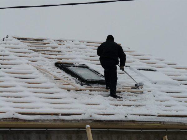Наличие мокрого снега на незащищенной обрешетке – повод отказаться от кровельных работ, пока погода не стабилизируется, а материал не высохнет. В противном случае мокрые доски начнут гнить, подводя под угрозу надежность всей кровельной конструкции