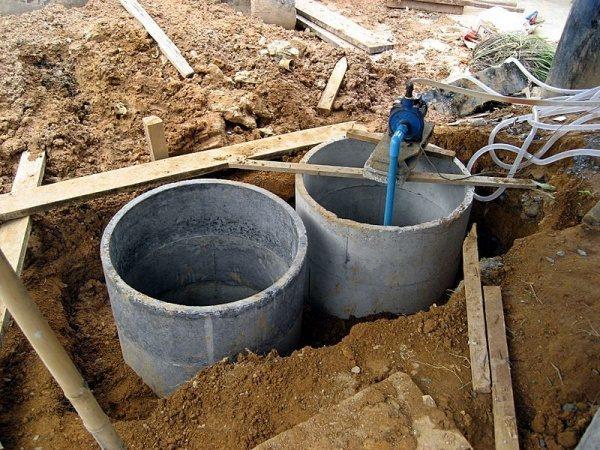 Для получения компоста можно применять готовые бетонные кольца