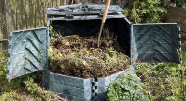 Периодически содержимое компостной ямы перекапывают или разрыхляют вилами