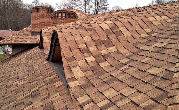 При помощи битумной черепицы можно покрыть крышу, имеющую нестандартные формы, округлости, и другие особенности