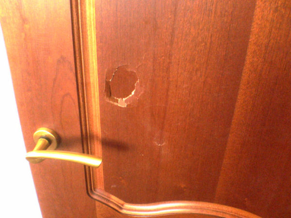 Двери низкого качества подвержены механическим повреждениям и воздействию негативных факторов
