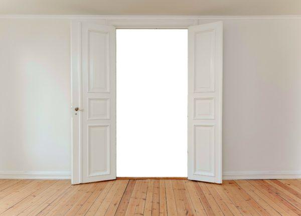 Традиционные распашные двери вписываются в любой интерьер