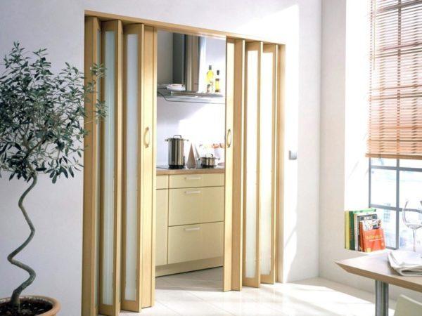 Раздвижные двери выглядят эстетично, но ломаются в местах подвижных креплений