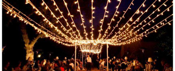 Применение уличной гирлянды на свадебной церемонии