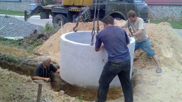 Устанавливаем бетонные кольца