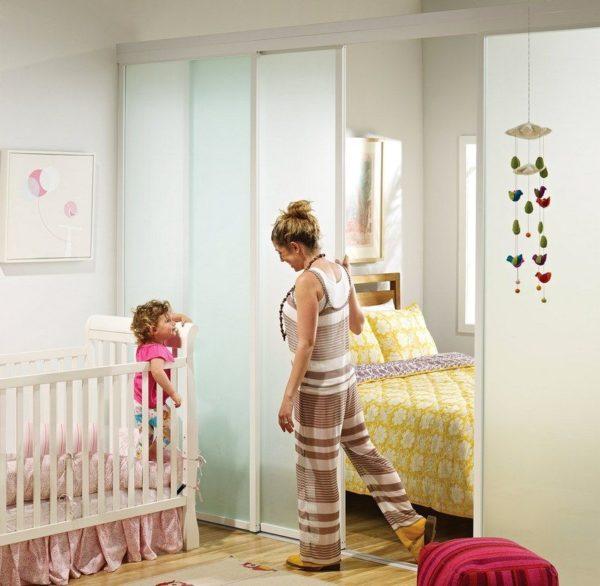 Раздвижная перегородка между спальней и детской