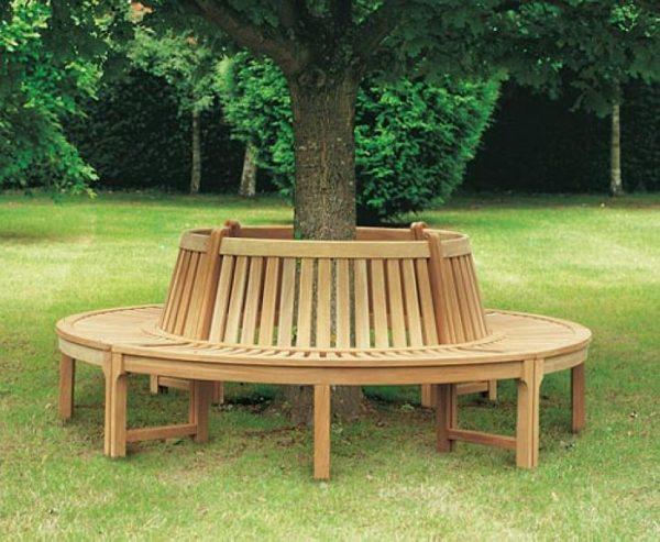 Скамейка круглой формы, установленная вокруг дерева