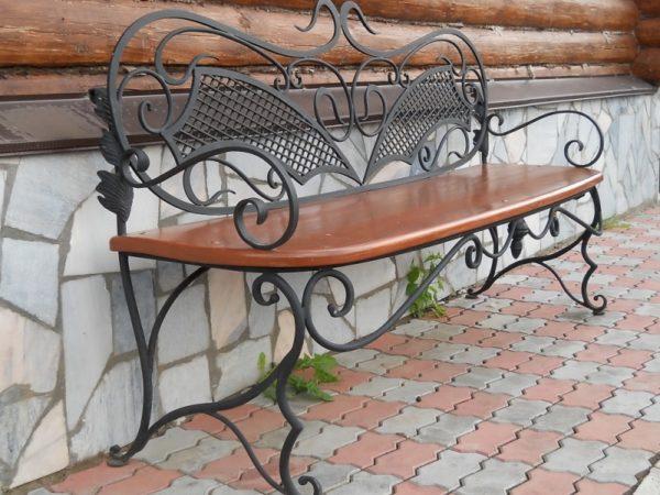Кованая скамейка с сиденьем из цельного деревянного щита