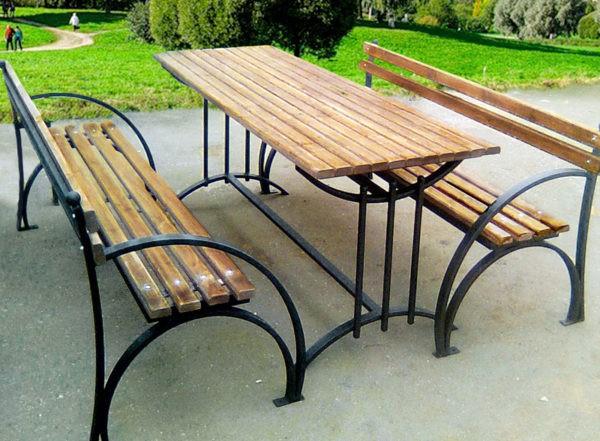 Пример скамейки с металлическим основанием