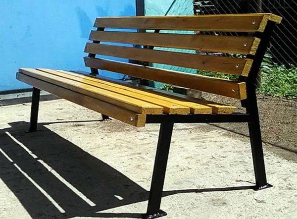 Простая скамейка из металла