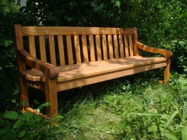 Простая и легкая скамейка из дерева