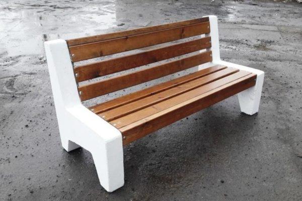 Массивная скамейка из бетонного основания