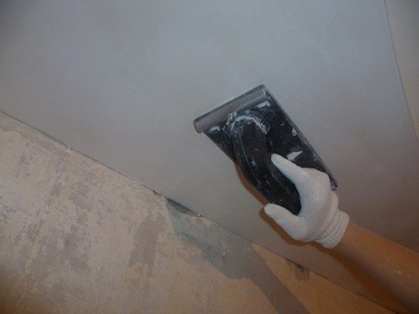 Ошкуривание потолка выполняется после полного высыхания поверхности