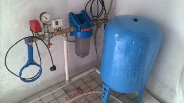 Водоснабжение с гидроаккумулятором. В таких системах давление в водопроводе обеспечено и при отключенной электропитании. В данном случае размер бокса - 60 литров, из которого удастся взять не менее 15 - 20 литров