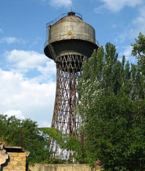 Установка такой водонапорной башни позволяет обойтись без насосной станции. Давление воды в трубах обеспечивается силой притяжения, действующей на нижние слои воды в цистерне