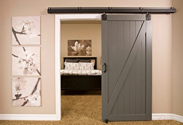 Дверь, смонтированная на стене над дверным проемом