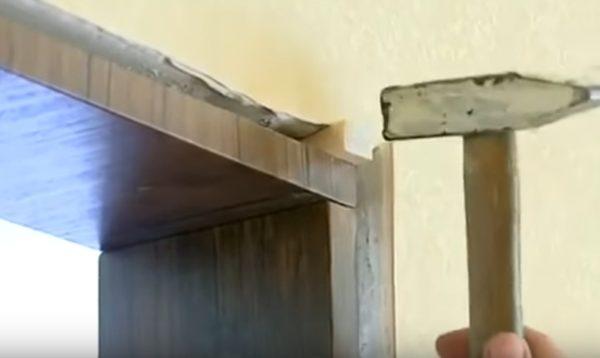 Забиваются деревянные клинья