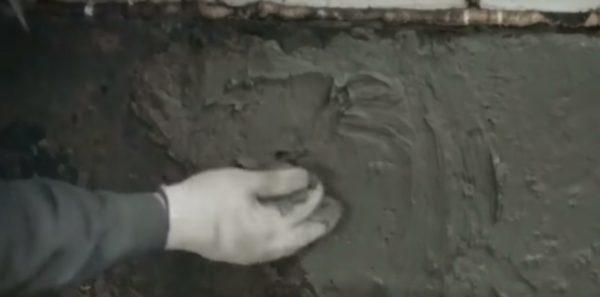 Рукой также можно наносить раствор
