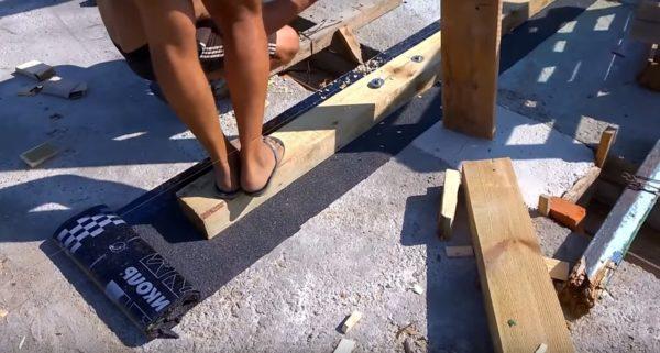 Сначала требуется установить подконьковый брус посередине крыши