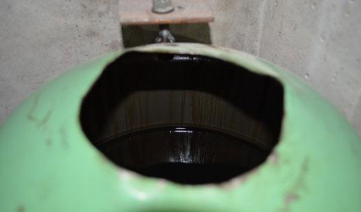 Отверстие, через которое в баллон заливают отработанное масло