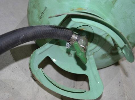 Подключение бака от фреона к шлангу