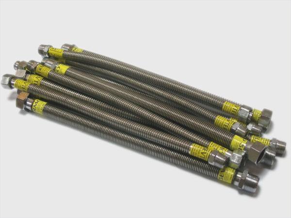 Армированный гибкий шланг - универсальный вариант для подключения газовой плиты к вводному газопроводу. Использовать водопроводные похожего вида не следует (они отмечаются красной или синей полоской)