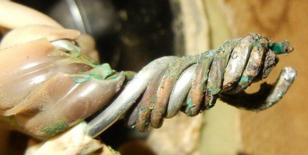 При скручивании меди с алюминием, в месте скрутки со временем появляется оксидная пленка